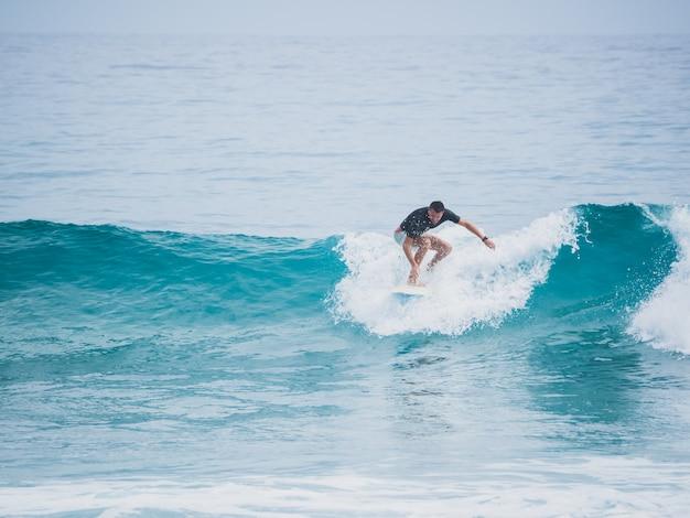 Surfista em cima da onda. oceano atlântico.
