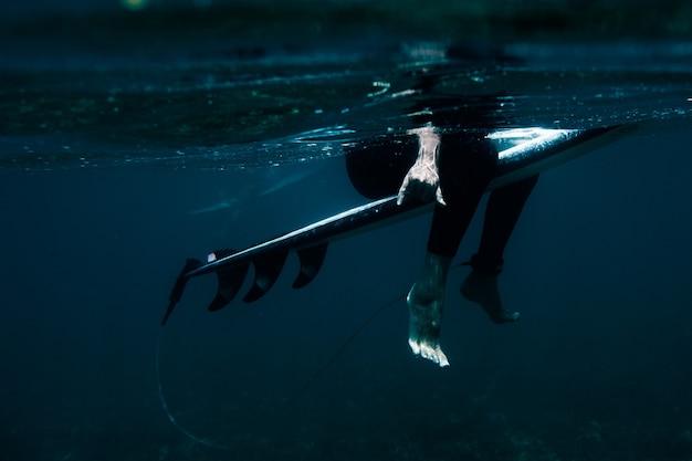 Surfista em uma onda azul.