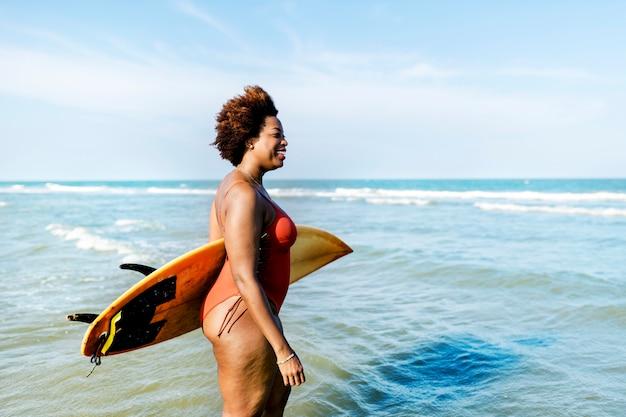 Surfista em uma praia agradável