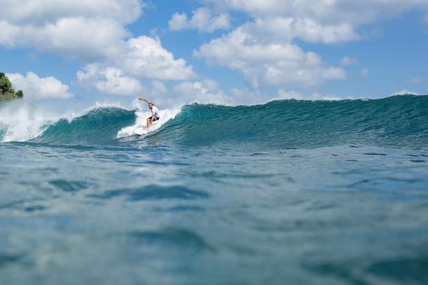 Surfista na onda.