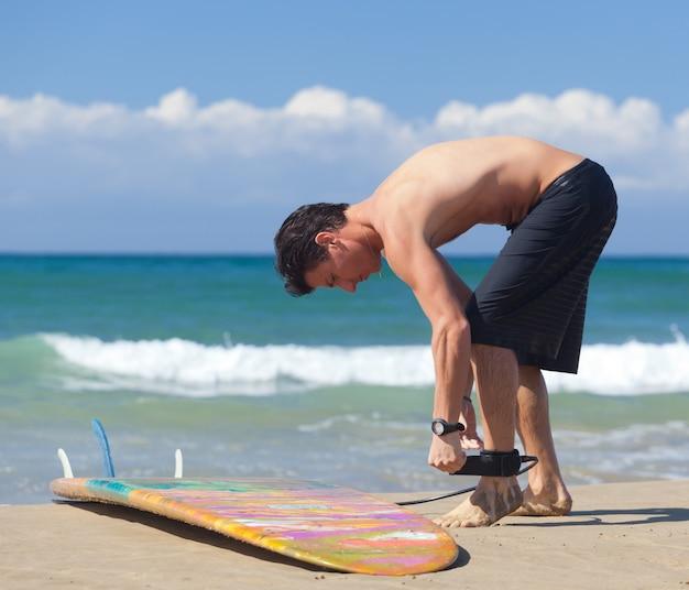 Surfista usa coleira de segurança no tornozelo