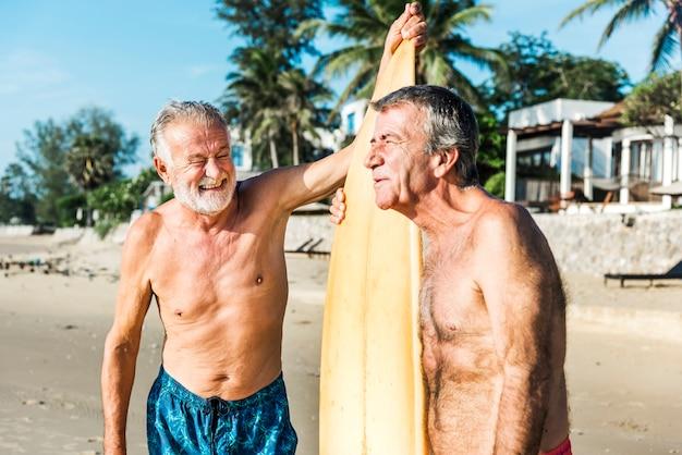 Surfistas em uma praia agradável