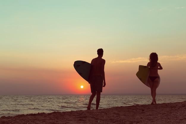 Surfistas na praia se divertindo no verão