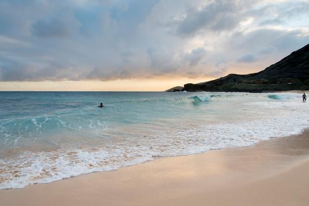 Surfistas, praia, praia arenosa, havaí, kai, honolulu, oahu, havaí, eua