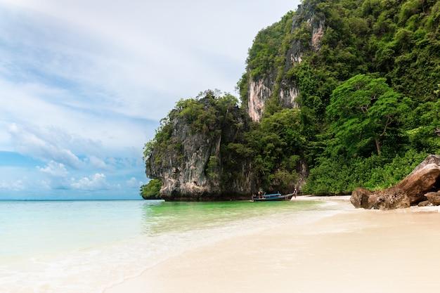 Surpreendente da praia e do oceano bonitos com azul na ilha krabi de koh hong.