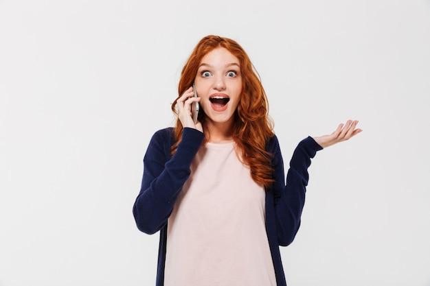 Surpreendeu a bela jovem ruiva falando pelo telefone móvel.