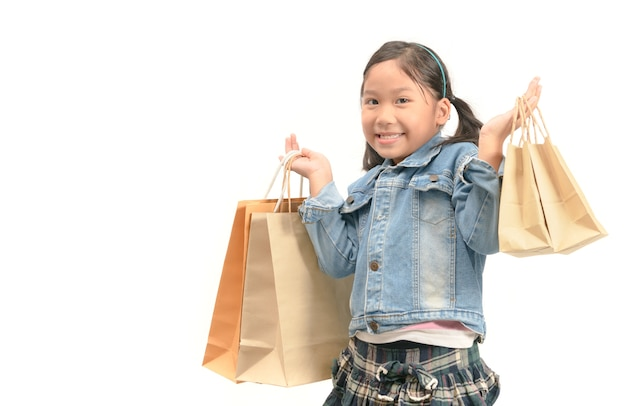 Surpreendeu a garota compra segurando sacolas de papel