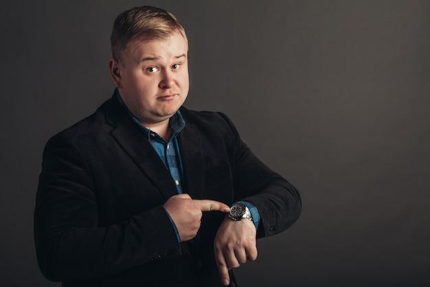 Surpreendido gordo caucasian homem que está olhando para o relógio.