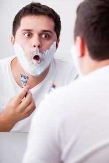 Surpreendido homens reais de barbear.