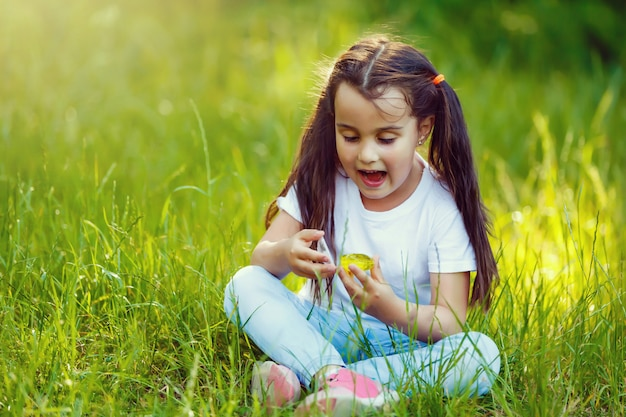 Surpresa adorável menina sentada na grama