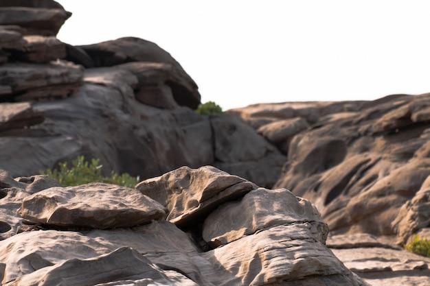 Surpresa bonita das rochas, natural da garganta da rocha no rio do mekhong, chapéu chom dao, província de ubon ratchathani, tailândia do nordeste