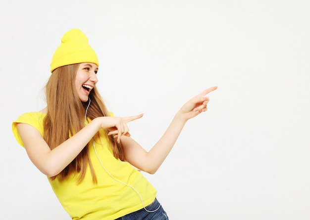 Surpresa de mulher mostrando o produto. menina bonita com cabelos longos, apontando para o lado. apresentando seu produto.