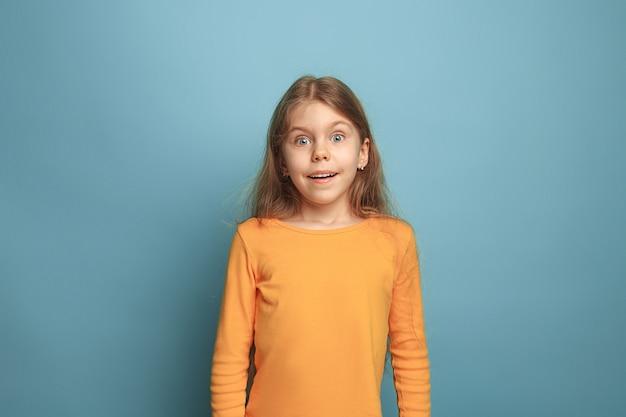 Surpresa, deleite, felicidade, alegria, vitória, sucesso e sorte. garota adolescente surpresa no azul