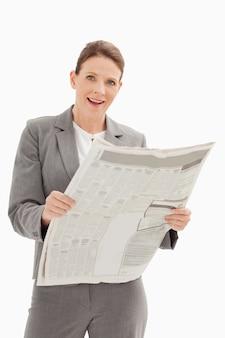 Surpresa, empresária, segurando, jornal
