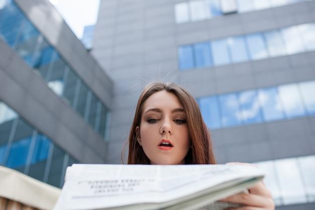 Surpresa, espantada mulher atônita. conceito inesperado de notícias de jornal