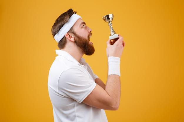 Surpresa jovem desportista segurando a recompensa