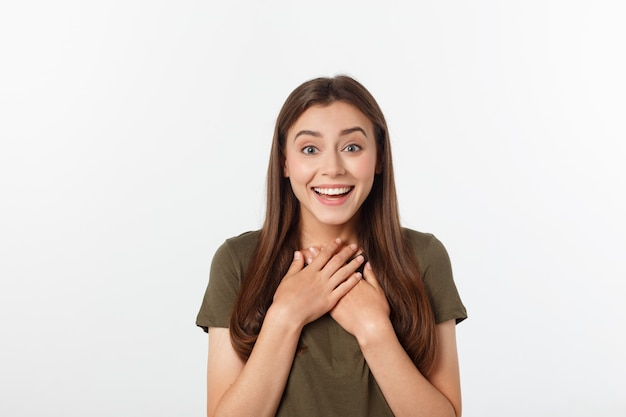 Surpresa mulher excitada olhando para o lado. jovem feliz surpresa, olhando de soslaio em emoção. raça mista asiático e branco modelo feminino caucasiano em cinza.