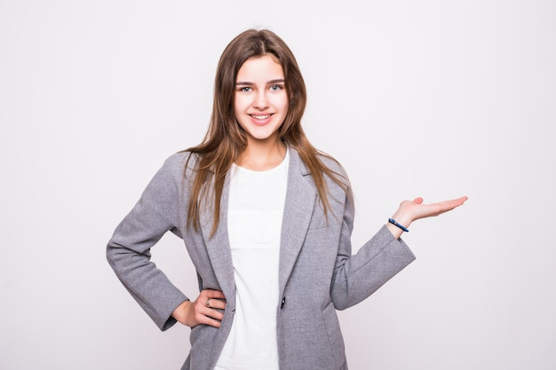 Surpresa mulher mostrando a palma da mão aberta com espaço de cópia para o produto ou texto em fundo branco
