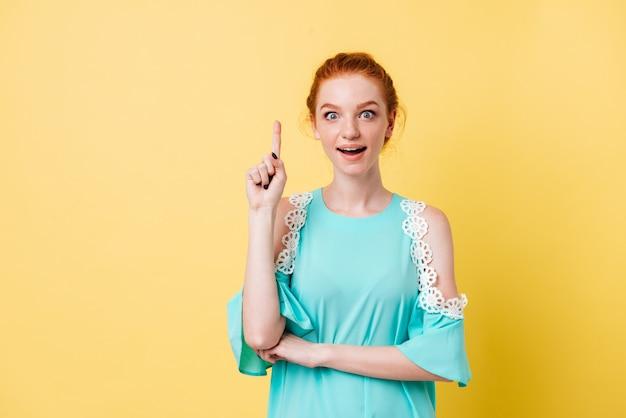 Surpresa mulher ruiva de vestido tendo ideia