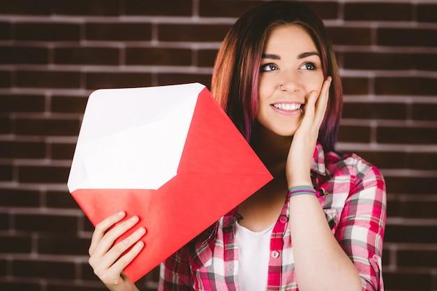 Surpresa mulher segurando envelope