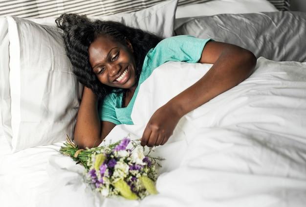 Surpresa romântica de manhã com um buquê de flores
