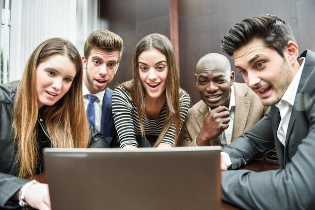 Surpreso colegas de trabalho com o computador