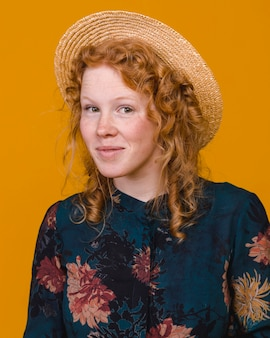 Surpreso feminino com cabelo ruivo no studio