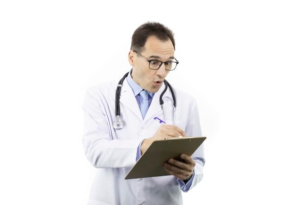 Surpreso médico verifica o prontuário do paciente na área de transferência