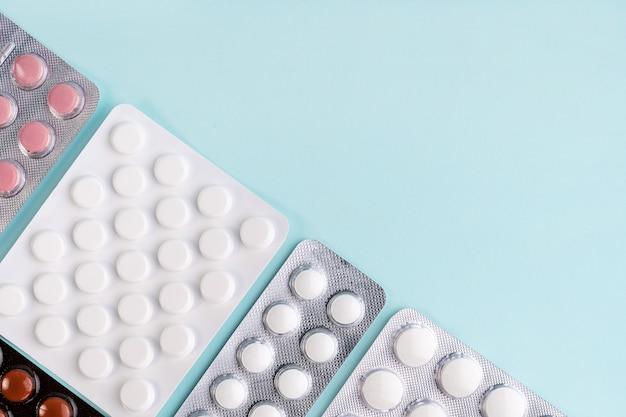 Surto de coronavírus covid-19. comprimidos em bolha, comprimidos, drogas, remédios sobre fundo azul.