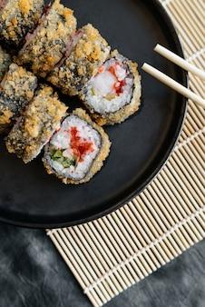 Sushi à milanesa no prato