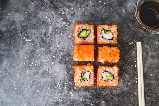 Sushi arranjado com cópia-espaço