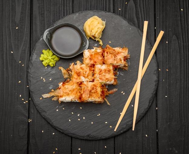 Sushi bonito com salmão, queijo e atum