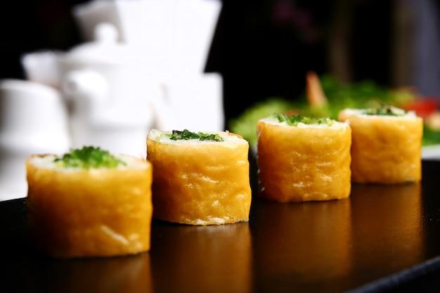 Sushi branco em cima da mesa