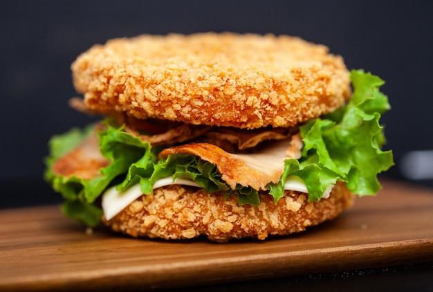 Sushi burger com uma variedade de ingredientes saborosos