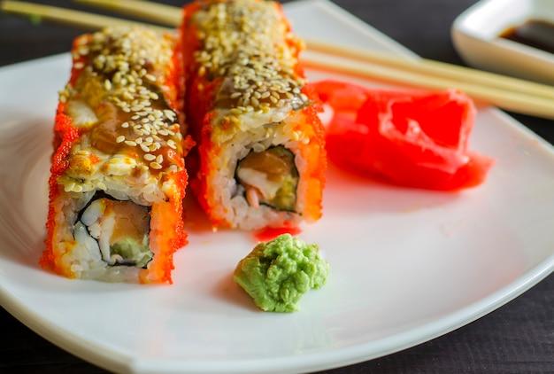 Sushi califórnia com camarão e salmão, enrole no caviar de peixe voador