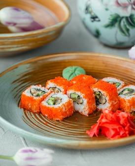 Sushi california com gengibre e wasabi