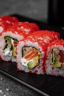 Sushi california roll com atum no caviar