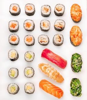 Sushi colorido cru em um fundo branco. vista do topo. coleção de peças de sushi, isolada no fundo branco