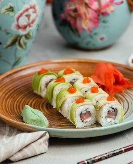 Sushi com abobrinha e caviar de laranja