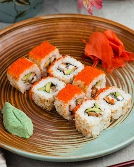 Sushi com arroz e caviar vermelho gengibre e wasabi