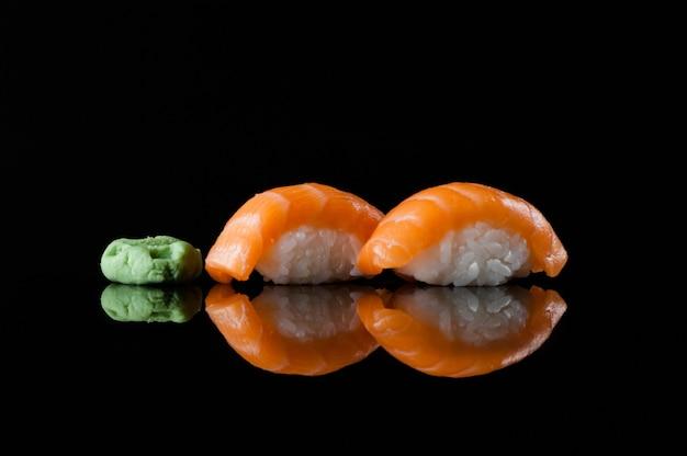 Sushi com arroz e wasabi em fundo escuro com reflexo