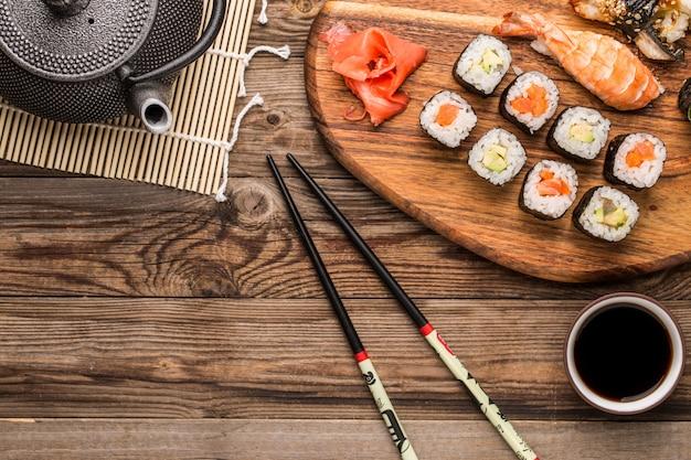 Sushi com camarão e enguia, conjunto de pãezinhos frescos