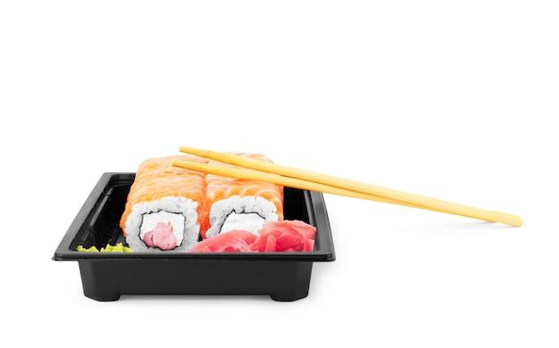 Sushi com camarão e salmão em fundo branco