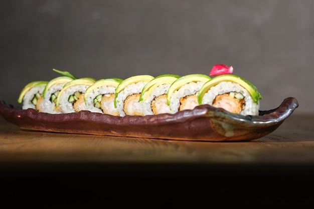 Sushi com camarão frito empanado pepino abacate e molho teriyaki