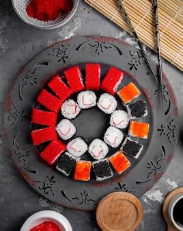 Sushi com caviar vermelho e preto