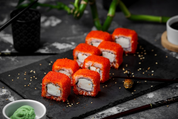 Sushi com caviar vermelho em cima da mesa