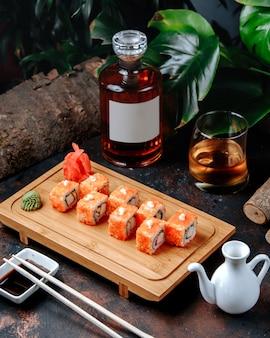 Sushi com caviar vermelho gengibre e wasabi