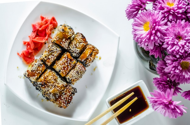 Sushi com comida japonesa deliciosa em um prato