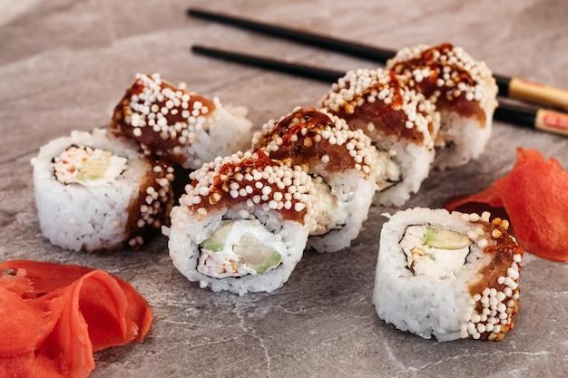 Sushi com entrega em domicílio. jantar romântico. sushi na caixa.