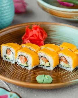 Sushi com maionese de arroz de peixe e queijo cheddar